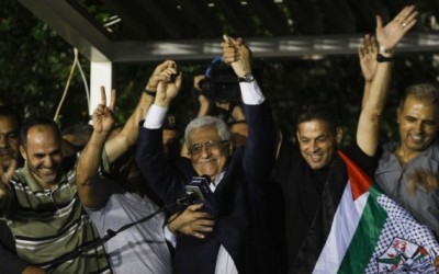 Abbas greets ex-inmates, released under deal to resume peace talks, and vows to liberate all prisoners from Israeli jails