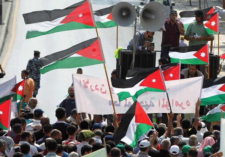 PROTESTERS IN Jordan hold Jordanian and Palestinian flags as they march in protest against Israel..(Photo by: REUTERS)