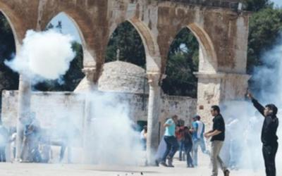 Palestinian protesters on Temple Mount 370. (photo credit:Ammar Awad/Reuters)