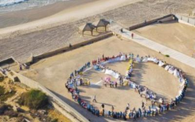 CHILDREN HOLDING hands create a giant peace sign
