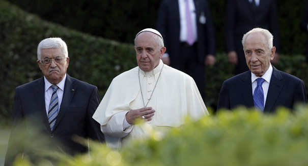 Pope Francis is flanked by Israel's President Shimon Peres (right) and Palestinian President Mahmoud Abbaas
